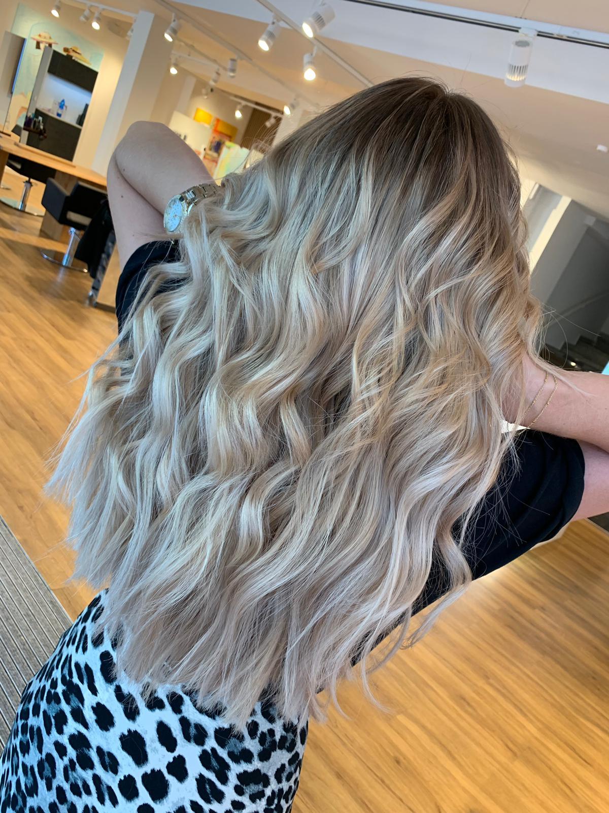karamell haarfarbe mit blonden strähnen
